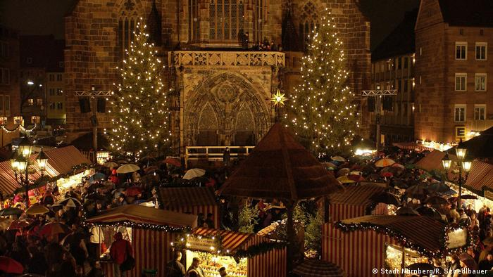 Germany, Christkindlesmarkt Nuermberg, The festively lit portal of the Fauenkirche church seen at night (Stadt Nürnberg/R. Schedlbauer )