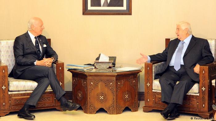 Syrien Außenminister Walid al-Muallem bei Treffen mit UNO-Gesandten für Syrien Staffan de Mistura in Damaskus (Reuters/SANA)