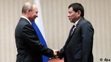 epa05639480 A handout photo made available by the Presidential Photographers Division (PPD) on 20 November 2016 shows Filipino President Rodrigo Duterte (R) shaking hands with Russian President Vladimir Putin (L) during a meeting on the sidelines of the Asia-Pacific Economic Cooperation (APEC) Leaders' Summit in Lima, Peru, 19 November 2016. The Asia-Pacific Economic Cooperation (APEC) Economic Leaders' Meeting takes place in Lima from 19 to 20 November 2016. EPA/ROBINSON NINAL JUNIOR/PPD/HANDOUT HANDOUT EDITORIAL USE ONLY/NO SALES +++(c) dpa - Bildfunk+++
