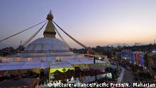 Nepal Reinigungsritual für die Bouddhanath Stupa (picture-alliance/Pacific Press/N. Maharjan)