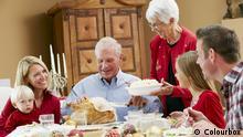 +++ Bildergalerie Das erwartet uns im Dezember +++ Multi Generation Family Celebrating With Christmas Meal
