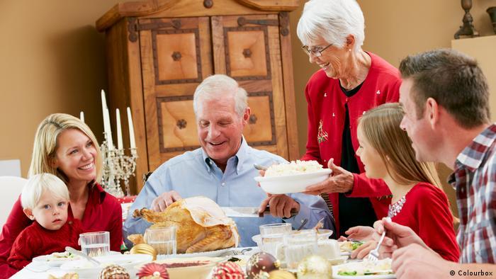Найкраще для німців святкування Різдва - у родинному колі, це знову і знову підтверджують опитування. З наближенням святкового вечора більшість поспішає до своїх сімей - поїздами, літаками чи автомобілями. Зате в сам Святвечір вуличне життя немов завмирає - це час для того, щоб провести його з сім'єю у затишній вітальні.