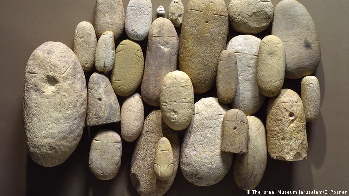elongated stones (Israel Museum Jerusalem / E. Posner)