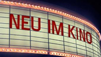Anzeigentafel über dem Eingang eines Kinos (Photo: DW)