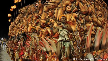 Brasilien Karnevalwagen mit Sklaven Figuren Sambadrome Rio de Janeiro (Getty Images/AFP/C. Simon)