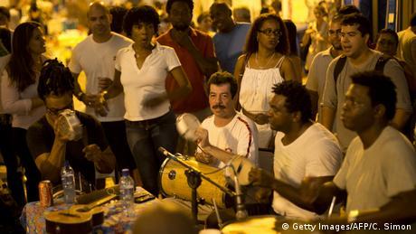 Brasilien Samba auf der Straße in Rio (Getty Images/AFP/C. Simon)