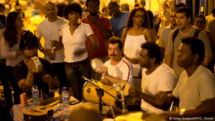 Brasilien Samba auf der Straße in Rio (Getty Images/AFP/C. Simon)