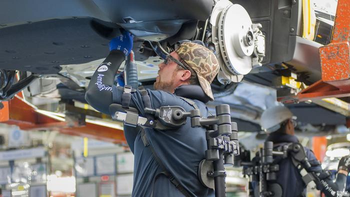 Мастер сборочного цеха завода BMW в Мюнхене пробует работать, облачившись в экзоскелет