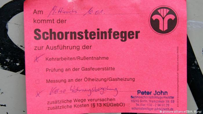 Schornsteinfeger Berlin - Bevor der Schornsteinfeger zweimal klingelt (picture-alliance/ZB/A. Burgi)