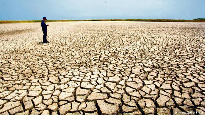 در آمریکای جنوبی به ویژه کشورهای شیلی، پرو و بولیوی در معرض خطر کمبود آب هستند. روستاییان همانند شهرنشینان از میزان کافی آب آشامیدنی یا از سیستم مناسب تصفیه فاضلاب برخوردار نیستند. به امید یافتن کسب و کاری برای گذران امور زندگی، هر روز شمار بیشتری از مردم شهرهای کوچک و روستاها راهی شهرهای بزرگ میشوند. رشد جمعیت و تغییرات اقلیمی دلایل کمبود آب در آمریکای جنوبی هستند.
