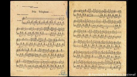 Ο πρώτος ιστορικά καταγεγραμμένος σε νότες ρυθμός σάμπα ακούει στο όνομα «Pelo Telefone». Η πρώτη καταχώριση στα μουσικά αρχεία της Εθνικής Βιβλιοθήκης της Βραζιλίας έγινε στις 27 Νοεμβρίου του 1926. Το τραγούδι αυτό αποδίδεται στον Ερνέστο Γιόακιμ Μαρία ντος Σάντος.
