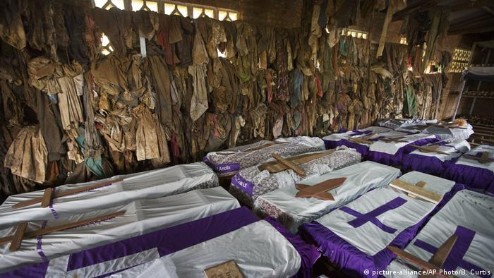 Völkermord-Gedenkstätte in einer Kirche in Ruanda (picture-alliance/AP Photo/B. Curtis)