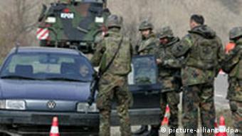 Bewaffnete Soldaten der Bundeswehr imApril 2004 bei einer Straßenkontrolle nördlich von Mitrovica (Foto: DPA)