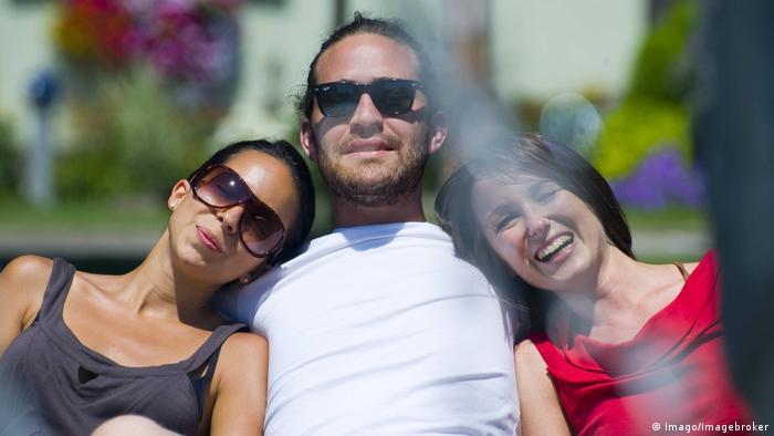 Mann mit zwei Partnerinnen (Imago/Imagebroker)