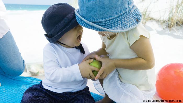 Symbolbild Kinder Streit um Apfel (Colourbox/AltoPress/Maxppp)
