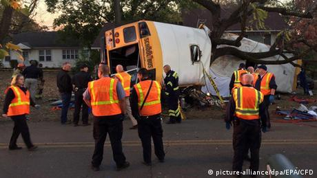 USA Schulbus Unfall in Chattanooga (picture-alliance/dpa/EPA/CFD)