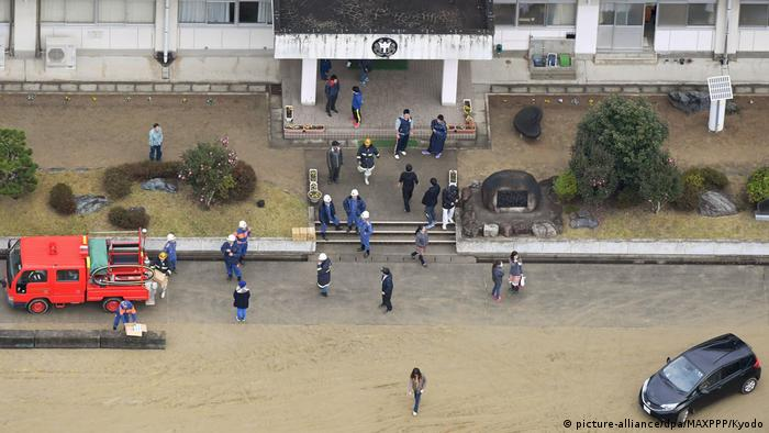 Japón levantó la alerta de tsunami que afectaba a la costa oriental de la principal isla nipona y que fue activada a raíz de un terremoto de 7,4 grados que golpeó el noreste del país y provocó olas de hasta 1,40 metros. 22.11.2016
