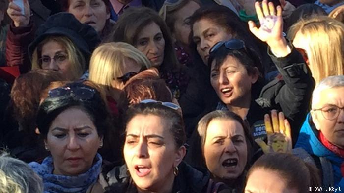 Протест женских правозащитных организаций перед зданием турецкого парламента