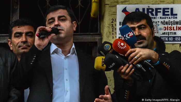 Türkei Selhattin Demirtas HDP Voritzender bei einer Demo in Diyarbakir (Getty Images/AFP/I. Akengin)