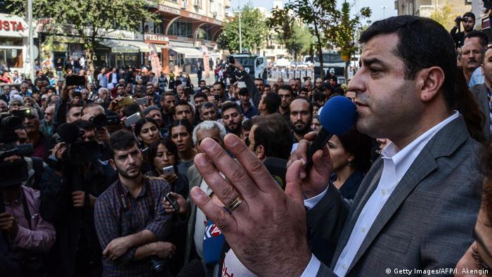 Türkei Selhattin Demirtas HDP Voritzender bei einer Demo in Diyarbakir