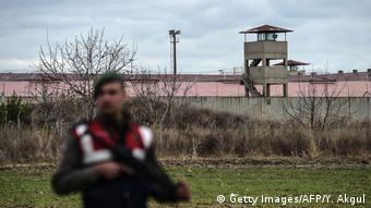 Türkei Wachmann vor dem Gefängnis in Erdine wo Selahattin Demirtas HDP Vorsitzender sitzt (Getty Images/AFP/Y. Akgul)