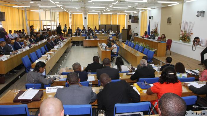 Depois de mais de um ano em instalações provisórias (foto), deputados regressam ao trabalho no Parlamento renovado