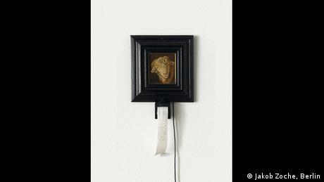 Ένα πρόβατο φιλοτέχνησαν η Κρίστα Ζόμερερ και ο Λοράν Μινιονό. Δεν είναι όμως τόσο απλό. Ένας αισθητήρας καταγράφει πόση ώρα στέκεται μπροστά από τον πίνακα ένας επισκέπτης. Ανά δέκα δευτερόλεπτα εκτυπώνει μια απόδειξη του 1 ευρώ. Ένα ειρωνικό σχόλιο για το πώς λειτουργούν οι μηχανισμοί της αγοράς τέχνης.