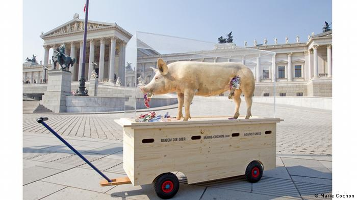 Art installation, a pig on a mobile pedestal (Marie Cochon)