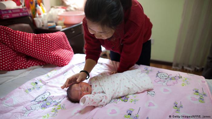 China Mutter mit Neugeborenem