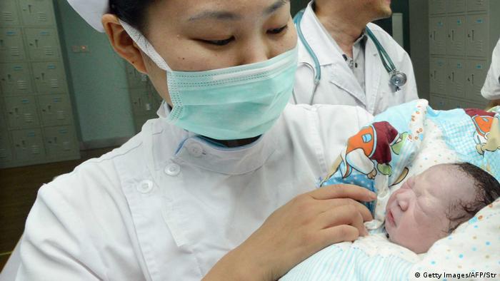 China Hebamme mit Neugeborenem