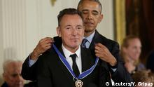 22.11.2016 U.S. President Barack Obama presents the Presidential Medal of Freedom to musician Bruce Springsteen during a ceremony in the White House East Room in Washington, U.S., November 22, 2016. REUTERS/Yuri Gripas