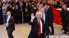 22.11.2016+++ U.S. President elect Donald Trump reacts to a crowd gathered in the lobby of the New York Times building after a meeting in New York, U.S., November 22, 2016. REUTERS/Lucas Jackson