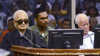 Kambodscha Nuon Chea und Khieu Samphan im Gerichtssaal (picture-alliance/AP Photo/Nhet Sok Heng)