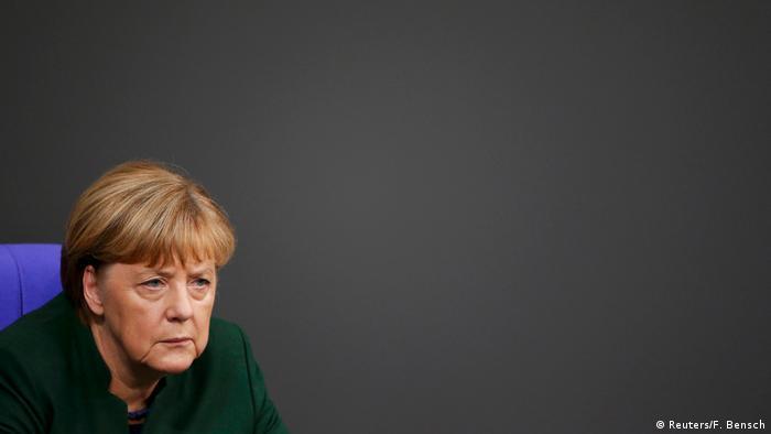 Deutschland Generaldebatte im Bundestag zum Haushalts-Etat 2017 Merkel (Reuters/F. Bensch)