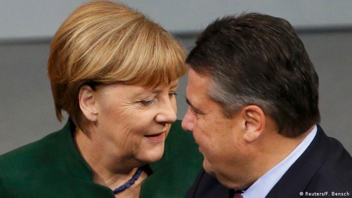 Deutschland Generaldebatte im Bundestag zum Haushalts-Etat 2017 Merkel und Gabriel (Reuters/F. Bensch)