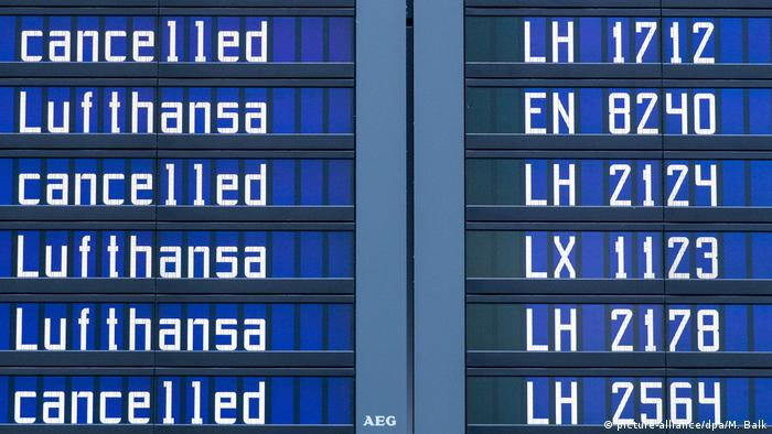 Display showing cancelled flights (picture-alliance/dpa/M. Balk)