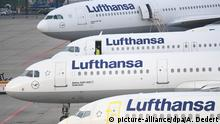 23.11.2016+++ dpatopbilder - Lufthansa-Maschinen parken am 23.11.2016 am Flughafen von Frankfurt am Main (Hessen) am Rande des Vorfeldes. Der Streik hat die Airline zur Absage von rund 876 Flügen gezwungen. Im laufenden Tarifkonflikt zwischen der Pilotengewerkschaft Vereinigung Cockpit (VC) und der Lufthansa ist es bereits der 14. Streik. Foto: Arne Dedert/dpa +++(c) dpa - Bildfunk+++