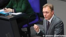 23.11.2016 **** Der SPD-Fraktionsvorsitzende spricht Thomas Oppermann spricht am 23.11.2016 im Bundestag in Berlin. Im Hintergrund sitzt Bundeskanzlerin Angela Merkel (CDU). Mit der Generaldebatte setzt der Bundestag die Schlussberatungen über den Haushalt 2017 fort. +++(c) dpa - Bildfunk+++ |