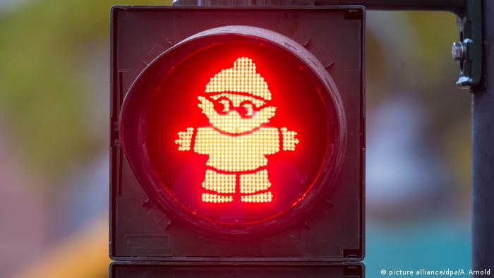 A red Mainzelmännchen traffic light in Mainz (picture alliance/dpa/A. Arnold)