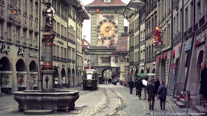 Із чистим капіталом, який дорівнює у середньому 500 тисячам доларів на дорослого громадянина, найбагатшою нацією світу названо швейцарців. Вони в 11 разів багатші за середньостатистичного жителя Землі. Населення Швейцарії - 0,1 відсоток від населення планети. Але в цій країні зосереджено 1,4 відсотка світових багатств. На фото - швейцарська столиця Берн.
