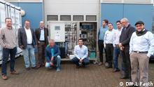 5 Die Ingenieure von MFT GMBH , Col Energy, Infinite Fingers stehen vor der Entsalzungsanlage. Das Modell soll in Kolumbien angewendet werden. Köln, vor dem Gebäude der MFT GMBH