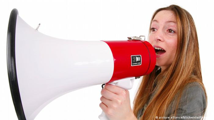 A girl with a megaphone (picture alliance/blickwinkel/fotototo)