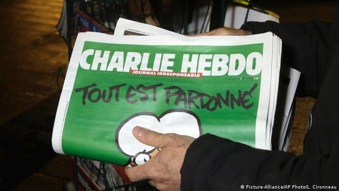 The issue of Charlie Hebdo appearing one week after the attack (Picture-Alliance/AP Photo/L. Cironneau)