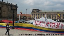 Titel: Kolumbien Friedensdemo auf der Plaza de Bolívar von Bogotá, Kolumbien Copyright: Botschaft der Bundesrepublik in Kolumbien Der Botschafter Deutschlands in Kolumbien und der Gesander für den Friedensprozess besuchen Bürger Kolumbien, die für den Frieden auf der Plaza de Bolivar demostrieren. Aufnahmeort: Bogotá, Kolumbien Schlagwörter: Kolumbien, Frieden, Krieg, Friedensprozess, Bogotá, Plaza de Bolívar