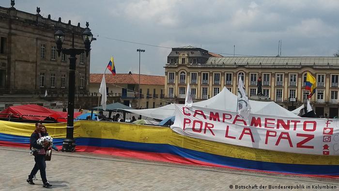 La firma del Nuevo Acuerdo de Paz de Colombia en el Teatro Colón de Bogotá será un acto sencillo en el que solo intervendrán el presidente Juan Manuel Santos y el jefe de las FARC, Rodrigo Londoño. 23.11.2016