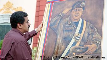 Николас Мадуро с портретом Уго Чавеса