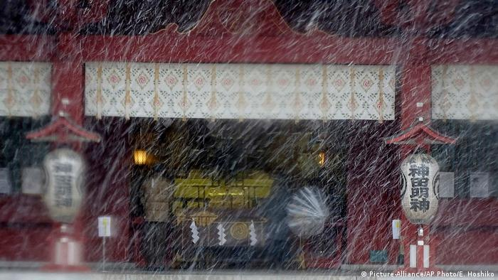 Japan Tokyo Schnee (Picture-Alliance/AP Photo/E. Hoshiko)