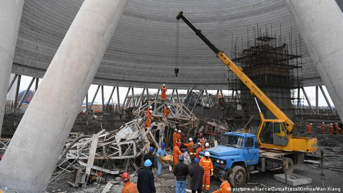 Crane being used to remove collapsed scaffolding (picture-alliance/ZumaPress/Xinhua/Wan Xiang)