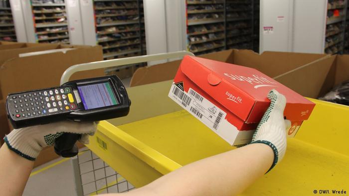 Bad Hersfeld Amazon Logistikzentrum Paket scannen (DW/I. Wrede)