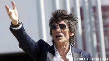 01 February 2016 epa05139028 Ron Wood of The Rolling Stones, arrives at the National stadium in Santiago de Chile, Chile, 01 February 2016. EPA/ELVIS GONZALEZ (zu dpa-Hintergrund Stewart, Jagger, De Niro - späte Vaterfreuden vom 15.07.2016) +++(c) dpa - Bildfunk+++ |